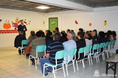 Lucas Guimarães explica aos agricultores de Bonsucesso como eles podem participar da Chamada Pública