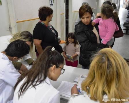 Mães levam os filhos ao Centro de Saúde da Várzea no Dia D de vacinação contra o sarampo e a poliomielite