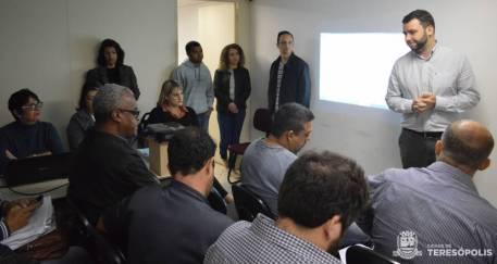 Secretário Lucas Guimarães, à direita, abre o processo licitatório