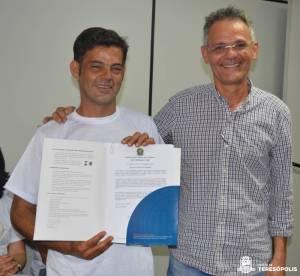 À direita, o subsecretário municipal de Agricultura Fernando Mendes com o agricultor Ronaldo Moura, um dos certificados