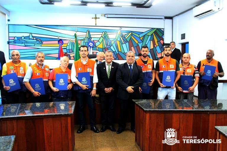 SERVIDORES MUNICIPAIS RECEBEM VOTO DE CONGRATULAÇÕES DA CÂMARA DE VEREADORES