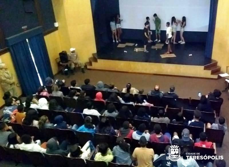 PROJETO DA GUARDA MUNICIPAL 'DROGAS TÔ FORA!' RECEBE APRESENTAÇÃO TEATRAL DOS ALUNOS DO GINDA BLOCH