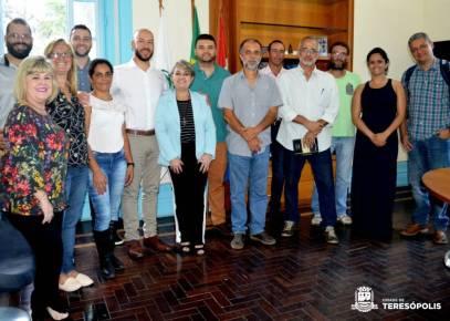 Representantes do Poder Público com os agricultores que fornecerão produtos para a merenda escolar