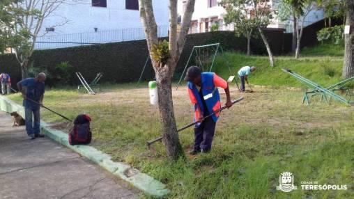 Capina e limpeza na Praça Taumaturgo
