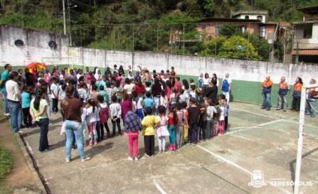 Formação de alunos no pátio da Escola Dorvalino de Oliveira, no Meudon