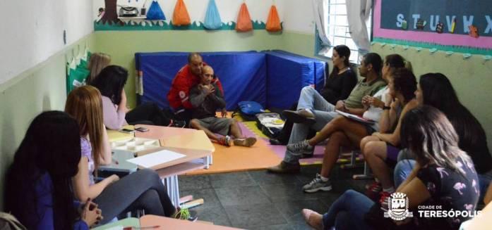 Instrutor demonstra como agir em caso de engasgo durante curso na creche da Várzea_Jorge Maravilha
