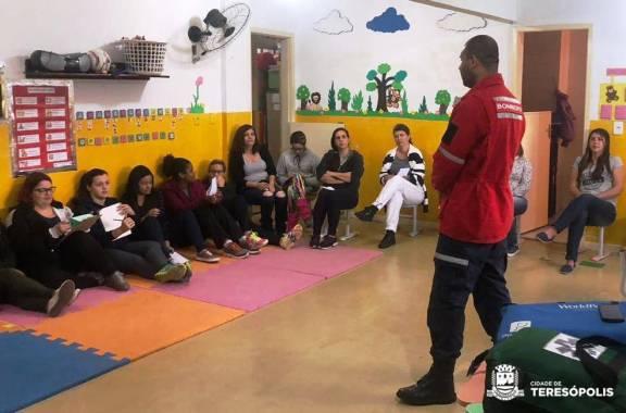 Na Creche Paraíso, educadores acompanham treinamento básico