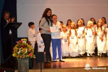 Secretária de Cultura de Teresópolis Cléo Jordão entrega certificado à maestrina Celia Seabra