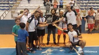 Vice-prefeito, Dr. Ari, com time Clube Paulista de Hóquei, que ficou com o 2º lugar na competição