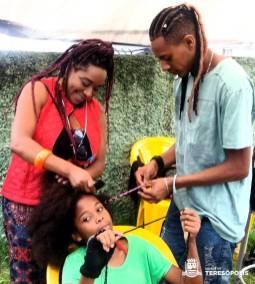 Ana Mara e Vinicius, mãe e filho cabeleireiros afro, participam da ação como voluntários