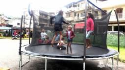 Crianças se divertem no pula-pula