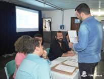 Equipe da Licitação da Prefeitura confere os documentos apresentados pelos participantes da Chamada Pública