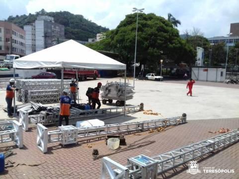 Montagem da estrutura dos eventos de Natal do SESC Teresópolis na Praça Olímpica