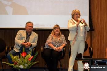 Secretária de Educação, Rosana Mendes, parabeniza os alunos premiados