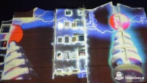 Imagens projetadas em 2D e 3D na parede de um prédio próximo da Praça Olímpica