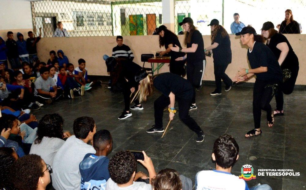 Conscientização contra o bullying: grupo americano visita escolas municipais de Teresópolis
