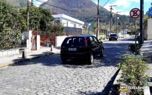 Agente do Grupo de Apoio à Mobilidade Urbana orienta motorista sobre a alteração da direção, perto do Hospital São Joséjpg