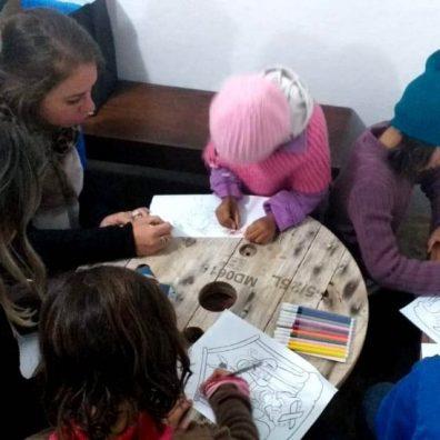 Enquanto as mães fazem o curso, os filhos participam de atividades educativas