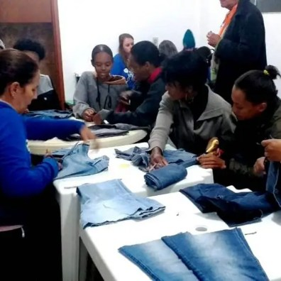 Primeira aula do curso de moda sustentável no Jardim Serrano