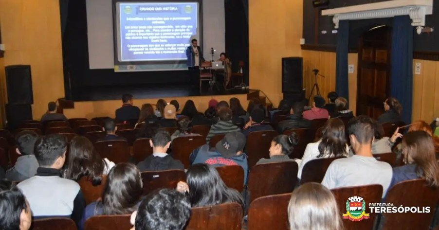 Alunos da Escola M. Ginda Bloch e do Colégio Euclydes da Cunha no Workshop 'Vamos Falar de Cinema', no Teatro Municipal