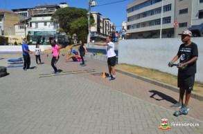 Público pratica exercícios no Circuito Funcional montado na praça