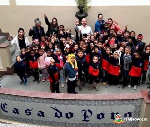 Prefeito Vinicius Claussen com alunos do 2º turno da Escola Marilia Porto