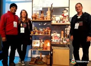 Subsecretário Henrique Silva e artesãos da Feira de Artes Manuais do município expõem sua produção