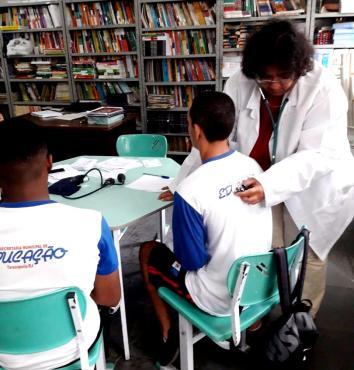 Jovens atletas do Centro Educacional Beatriz Silva, na Barra do Imbuí, passam por avaliação física