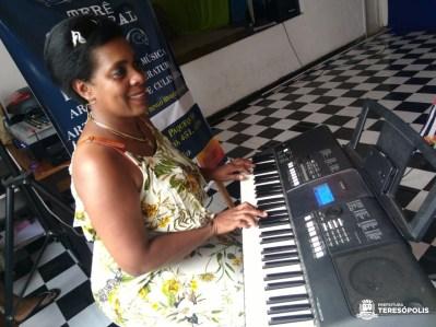 Sonia Bruno, pres. do Gêmio Musical Paquequer, faz apresentação ao teclado