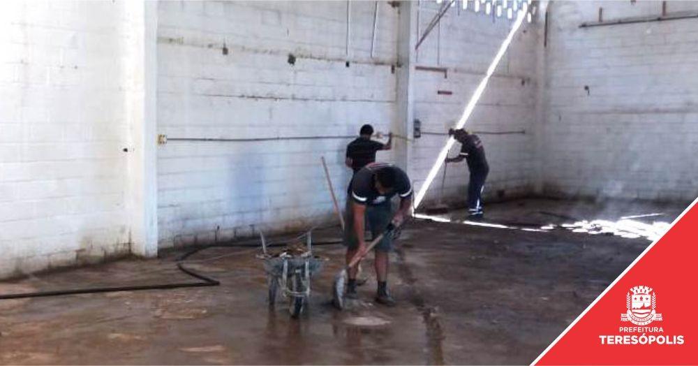Escola municipal e galpão destinado à coleta seletiva recebem manutenção da Secretaria de Obras