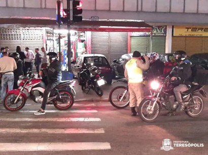 Fiscalização de motocicletas para checar canos de descarga