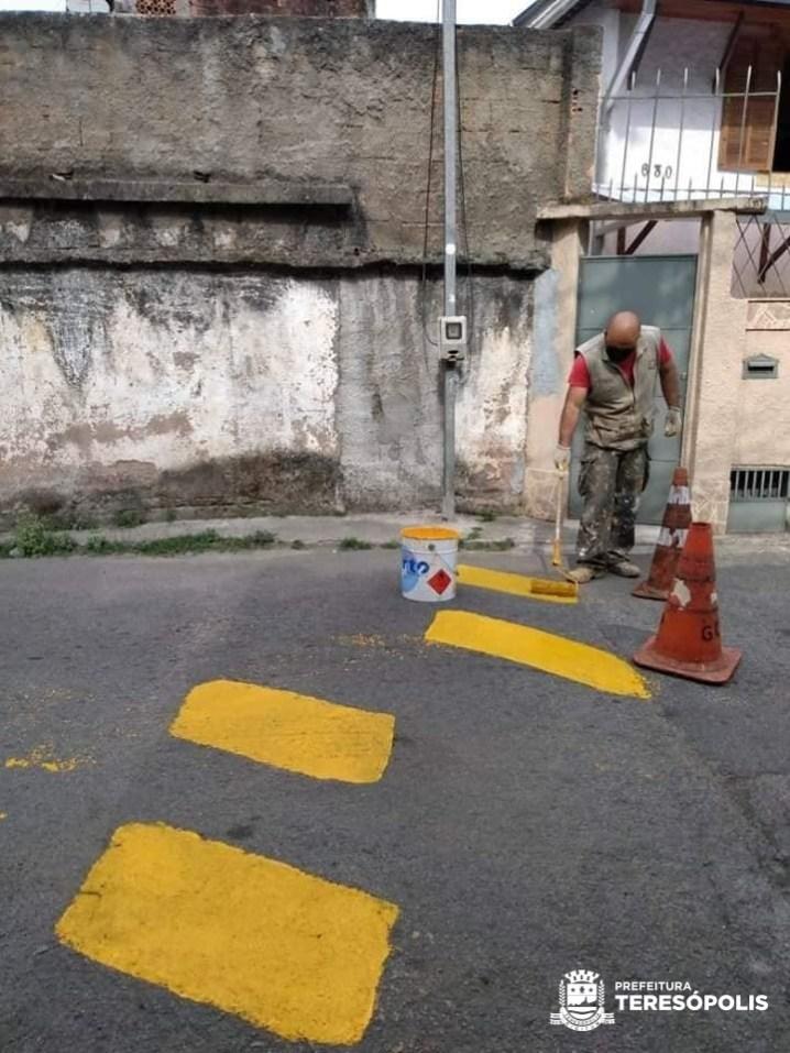 Pintura de quebra-molas na Beira Linha (01)