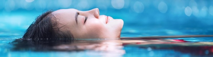 Qual a diferença entre uma piscina comum e uma piscina com água termal?