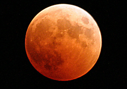 https://ca.wikipedia.org/wiki/Lluna#/media/File:US_Navy_041027-N-9500T-001_The_moon_turns_red_and_orange_during_a_total_lunar_eclipse.jpg