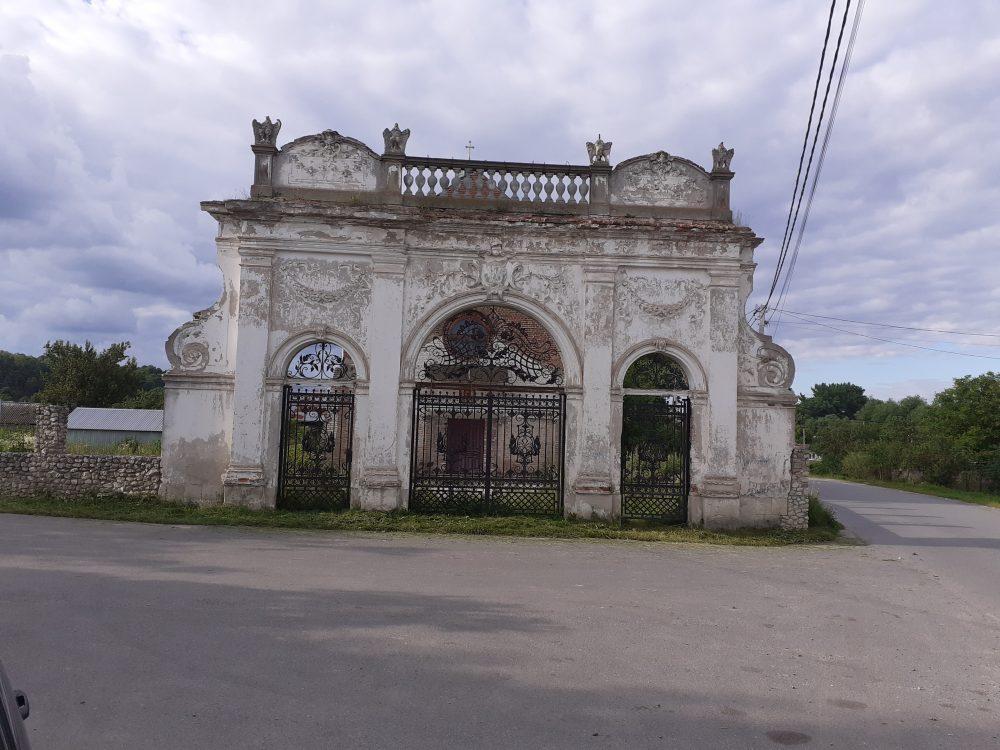 Брама палацу Баворовських у селі Острів (ФОТО)