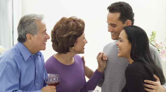 Saat Bertemu dengan Orang Tua Sang Pacar, Pria Lakukan Hal Ini