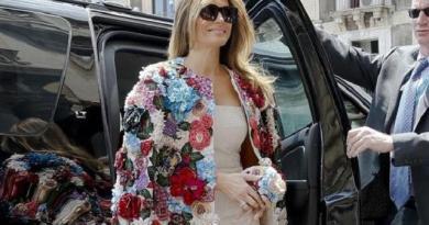 Melania Trump Tampil Lebih Muda dengan Jaket Bunga 3D Rp 600 Juta