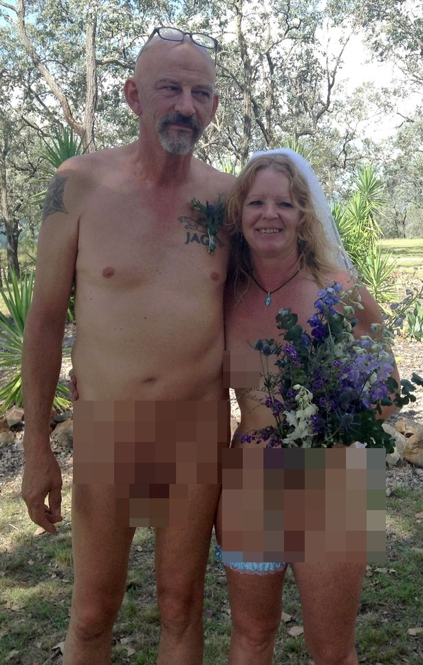 Pasangan Lanjut Usia Ini Menikah Tanpa Mengenakan Sehelai Benang Pun