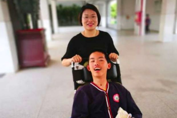 Seorang Guru Setia Ajari Murid Yang Koma 15 Bulan