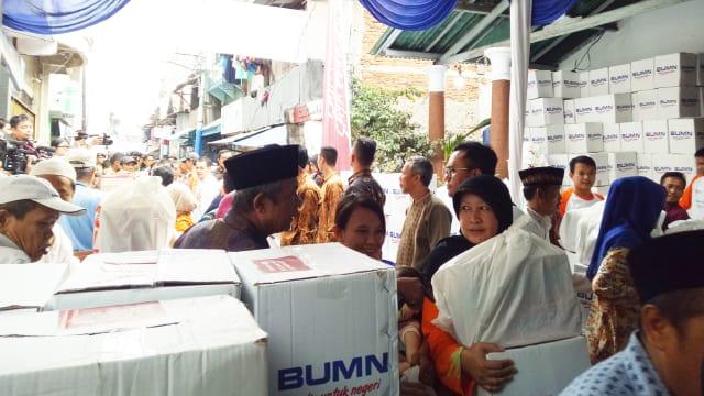 Presiden Jokowi Membagikan 200 Ribu Paket Ramadhan Ke Wilayah Penjaringan