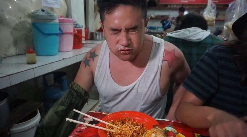 Tantangan Makanan Pedas, Vlogger Ini Tuli 2 Menit, Kenapa?