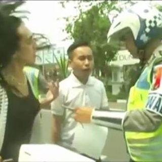 Video Dua Orang Kemayu di Tilang Polisi Aksinya Bikin Viral