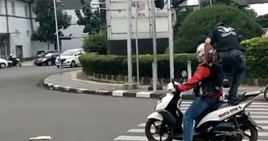 Viral Video di Zebra Cross Pria Ini Injak Motor Sedang Berhenti