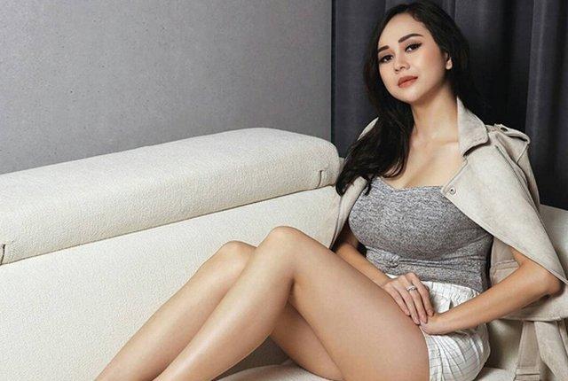Aura Kasih Pakai Gaun Pengantin Lengkap Dengan Dekor, Netizen Kebelet Nikah?