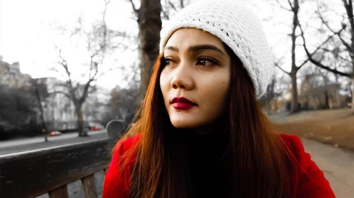 Rina Nose Termenung Sendiri di Jalanan London, Tak Disangka Harga Tasnya Bombastis