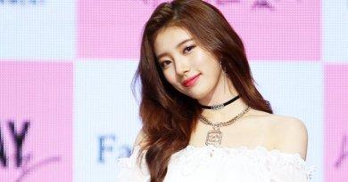 Cantik dan Ramahnya Suzy Saat Dipakaikan Pashmina oleh Fans dari Indonesia
