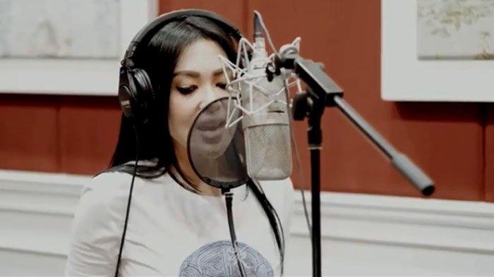 Intip Proses Rekaman Lagu Terbaru Syahrini yang Dibuat Melly Goeslaw