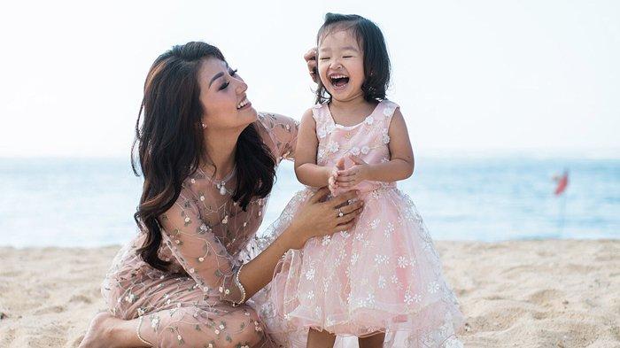Tulisan Surat Singkat Sarwendah untuk Putri Tercinta Thalia Bikin Mewek dan Terharu