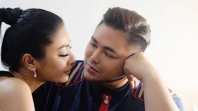 10 Poto Mesra Ivan Gunawan dengan Model Thailand Resmi Pacaran?