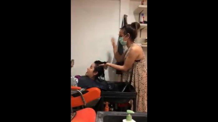 Pekerja Salon Lakukan Teknik Keramas yang Bisa Bikin Gegar Otak